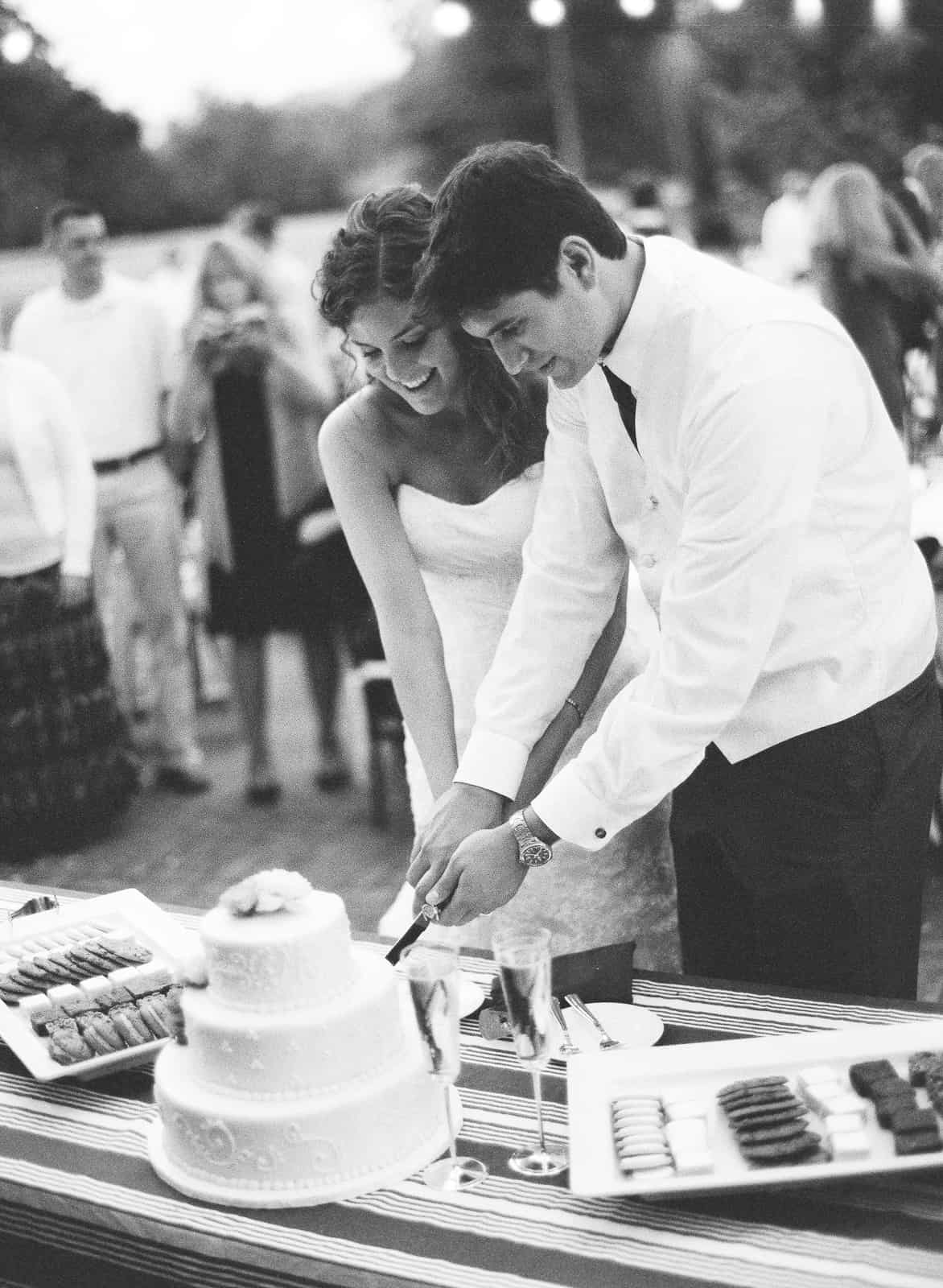 cutting cake table