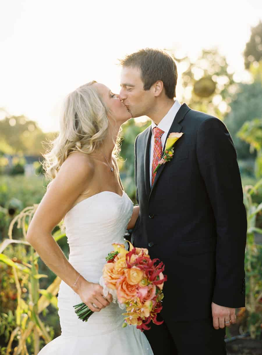 Kissing with peach and red flowers