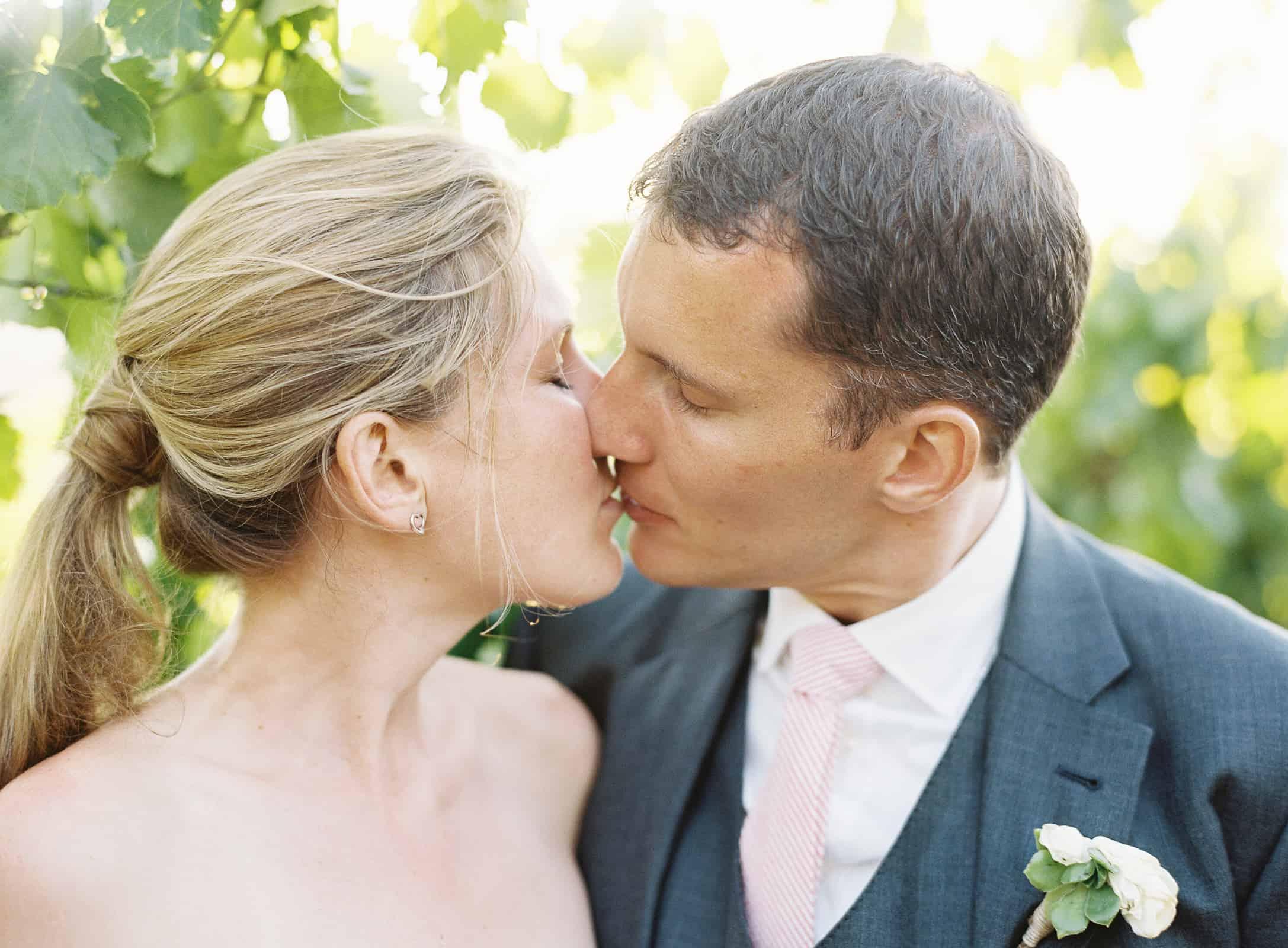 kissing in vineyard