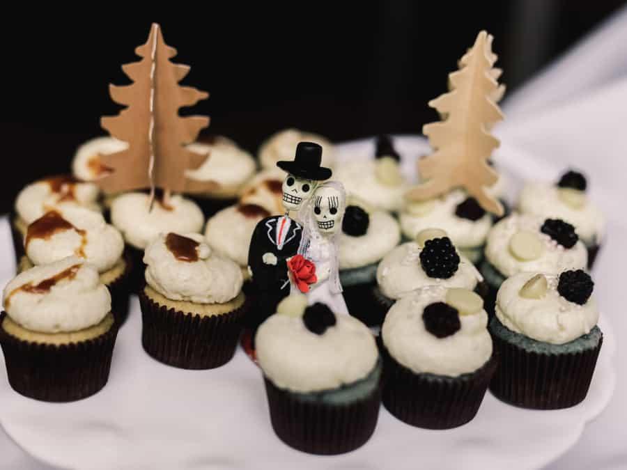 dia de los muertos cake topper with cupcakes