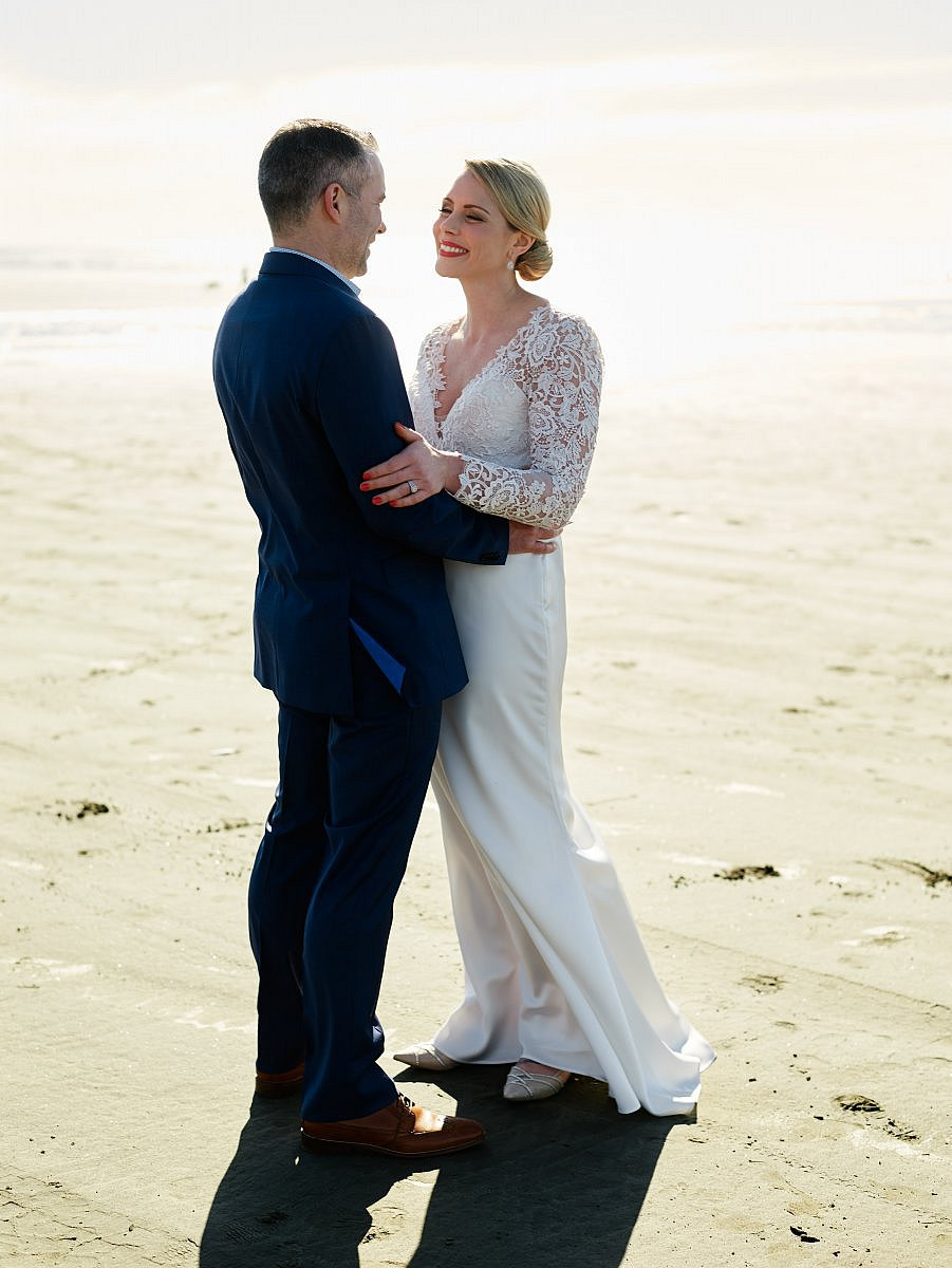 bride and groom at the beach in washington